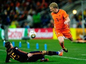 Dirk-Kuyt-Sergio-Ramos-Foul-Holland-Spain-Wor_2476491